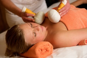 Kräuterstempelmassage im Boutique & Feelness Hotel Mürz in Niederbayern
