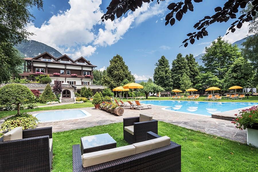am Pool des Ferien- & Wellnesshotel Windschar lässt es sich hervorragend entspannen