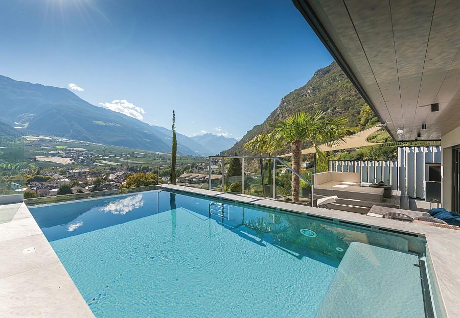 vom Pool des 5 Sterne Hotel Preidlhof hat man einen traumhaften Ausblick auf die Berge